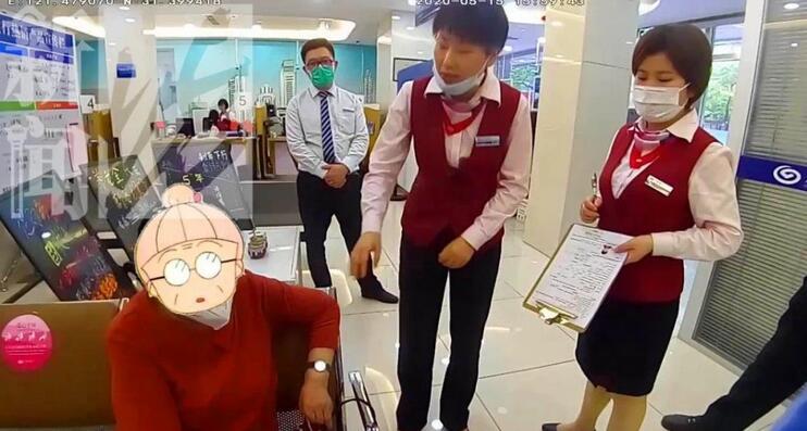 宝山区有一位八十岁的阿婆非要去银行拿22万来充值保健产品